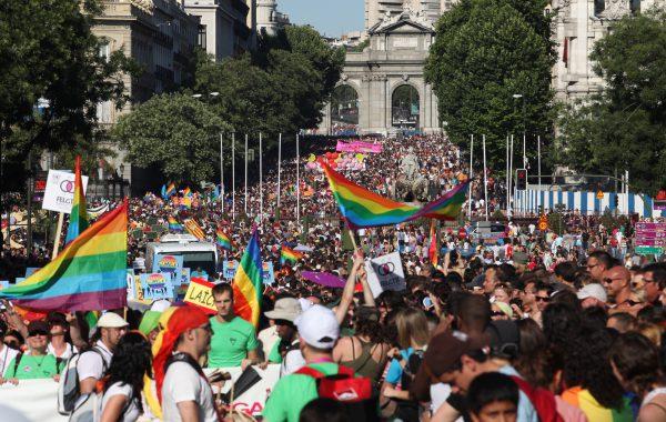 Manifestación del orgullo lgtb con la puerta de Alcalá al fondo