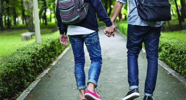 Jóvenes paseando de la mano